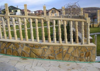 ograda i stubici od prirodnog kamena