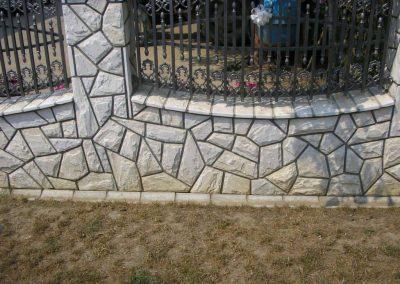 ograda oblozena prirodnim kamenom